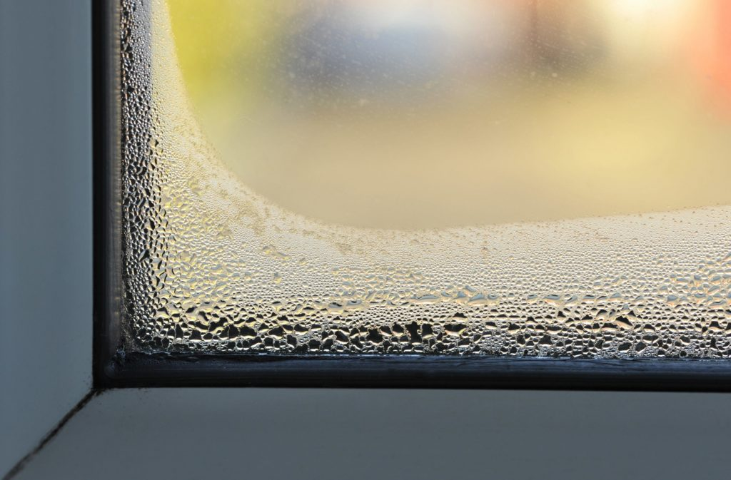 Condensation sur les fenêtres d'une maison